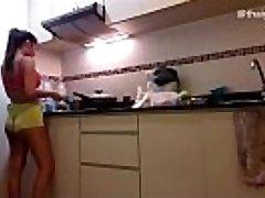 amatori asiatice fată se dezbracă în timp ce de gătit în bucătărie