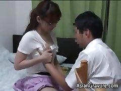 Sexy asiatique avec des gros seins à la maison de l'enseignant part1