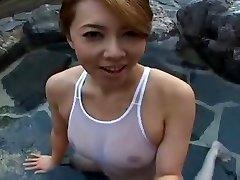Maillot de bain Japonais sluty Yumi dans la piscine