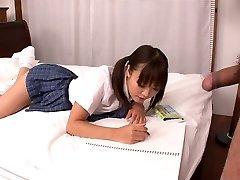 Lusty Asiatique collège salope Momoka Rin suce la bite juteuse de son appareil photo collègues