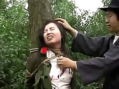 Armée chinoise fille attachée à l'arbre 1