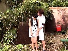 Minuscule japonais thighfucked à l'extérieur