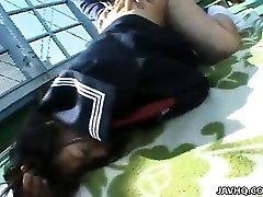Chubby Misa Kashigawi baisée en plein air