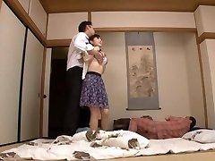 Femme Au Foyer Yuu Kawakami Baisée Dur Tandis Qu'Un Autre Homme Montres
