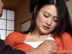 Hausfrau Risa Murakami Spielzeug gefickt und gibt einen blowjob