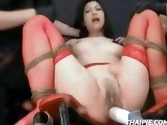 Asiatique En Bas Lié À L'Orgasme