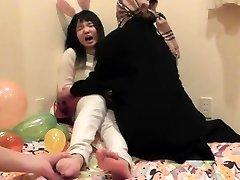 Japonais fille de l'adolescence de semelles chatouillé partie 1