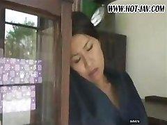 Femme japonaise suce sa queue, se fait baiser et suce de nouveau