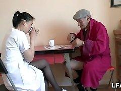 Papy se fait un petit 69 avec une asiatique