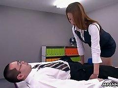 Cette Asiatique office salope est un maniaque du contrôle, et elle aime 69