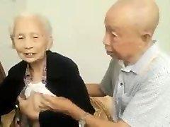 Asyalı Yaşlı Çift