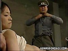 Japon hatunu yatırıp ve yağ dicks ile doldurulmuş