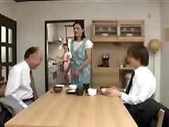 יפנית אמא שדואגת לילדה לפני השינה