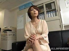 לעורר קצר שיער אסיה דגם Yukina נהנה שלישייה