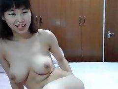 סיני הציצי הגדול דוחף לה אצבע לתחת