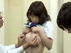רועש מזרחי תלמידת בית ספר מקבל שהצביע על-ידי הרופא שלה על מיטה רפואית