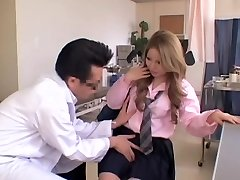 שמנמן יפנית מקבל כמה פעולה במהלך הבדיקה הגינקולוגית