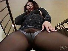 Yuuka Fujisaki גרביונים מתחת לחצאית