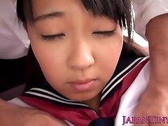 חף מפשע אסיה נוער מתפשט רגליים והוא מתיז