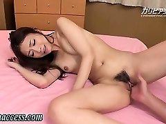 Japāņu meitene gurķiem pēc aptaustīšana