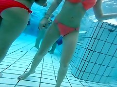 סקסית אסיאתית ובני נוער בנות הון בבריכה