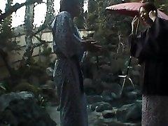 Tomoe Hinatsu מוצץ זין ומקבל זין בבריכה