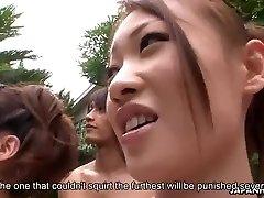 בחורות אסיאתיות הכנסת אצבעות בבריכה