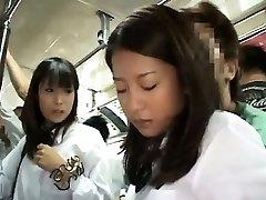 שתי תלמידות גישש בתוך אוטובוס