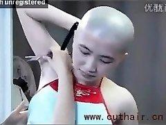 skaista meitene paduses matu shaved ar frizētava ar taisnu skuvekli