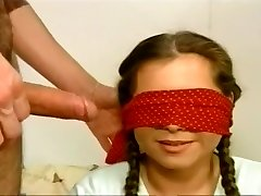 Blindfolded Pīrāgu Gobbles Stīvs Wang
