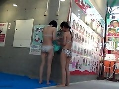 סצנה של Kokomi בשירותים, בריכת שחייה