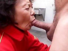 vecmāmiņa mīl nepieredzējis gailis un norīt spermu