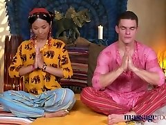 massasje rom hot thai-massør tar harde kuk i hennes fitte gjennomboret