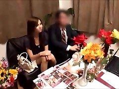Japanische Frau bekommt massged während Mann wartet