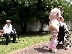 Tekstet bisarre Japansk halvnakne omsorgsperson utendørs
