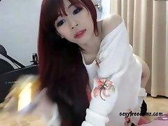 Cute Asian Brunette Masturbiert Solo