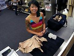 Droben asian chick sprehode in prodaja svoje stvari in tesen muco