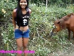 Heather Globoko na ATV morate na stranišče, poleg konj