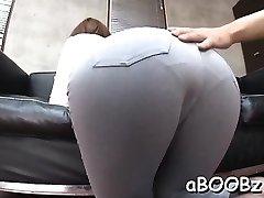 Japonska devica velike joške dobi palico v njeno mokro luknje
