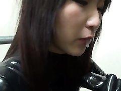 女の子を吸い、ラテックスコックのマスターに扮したLatexcatsuit