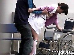 omamljanje japonski medicinska sestra igra z igračami na velikem schlong