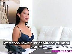 Női Ügynök Szexi ázsiai modell nyalogatja az íze, az első genny