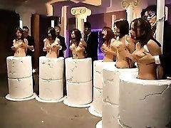 Tehetetlen Keleti lányok kezd a nagy melleket masszírozni