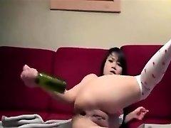 amateurhot asijské lahví její zadek na kameru