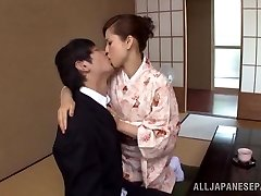 Jurijs Matsushima karstā nobriedis Japāņu meiteni, kura ietērpusies kimano izpaužas 69