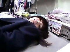 Srčkan Asian šolarka dobi humped in poskuša iz igrače v