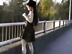 Azijske dekle utripa joške od mostu
