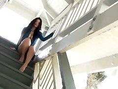Azijske bazen, ljubica Nonami Takizawa razkazuje njeno sočno joške na kamero