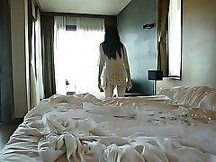 Privlačna Asian chick Yumi Sugimoto preživi zjutraj v bazenu