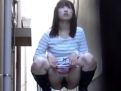 Unshaved asian pisses street